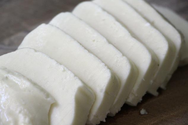 sliced halloumi cheese