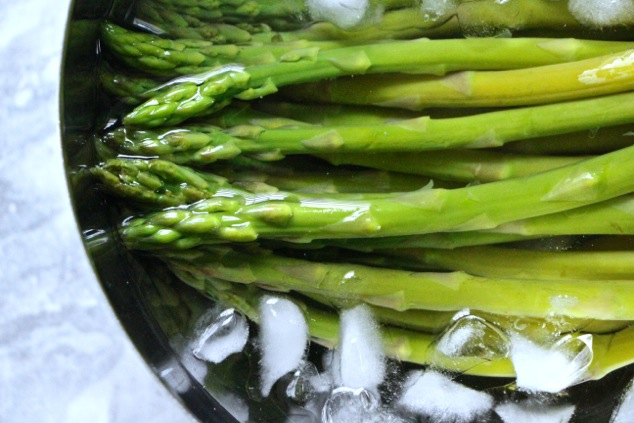 asparagus in ice water